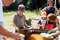 Oblíbenou zastávkou poutníků při pochodu z Drakova na Rejvíz bývá stanoviště s rýžováním zlata. Zlaté nuggety si domů návštěvníci Lapků z Drakova odvážejí jako suvenýr.
