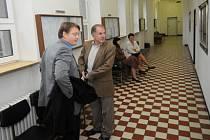 Vladimír Trochta (vpravo) i Václav Kratochvíl (vlevo) krátce po zahájení procesu prostřednictvím svých obhájců požádali, aby hlavní líčení probíhalo v jejich nepřítomnosti. Poté, co soud jejich návrh akceptoval, oba z jednací síně odešli.