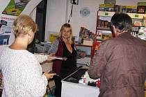 Světlana Pavlíková z Oborné (uprostřed), vedoucí knihkupectví v uličce u náměstí Míru prodává čtivo spolu s Hanou Honovou z Bruntálu.