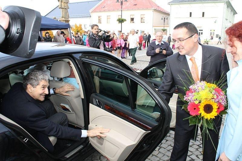 Jako vlastního syna přivítali v pondělí v Horním Benešově Camerona Forbese Kerryho, bratra šéfa americké diplomacie Johna Kerryho.
