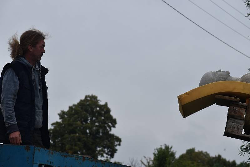 """""""Bezhlavý rytíř"""" se vrátil do Hlinky s novou hlavou. Slavnostní odhalení proběhne 18. září."""