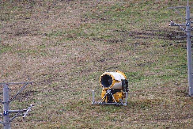 Vzimním středisku Myšák vKarlově pod Pradědem jezdila poslední tři sezony dvousedačková lanovka. Letos tu bude mít premiéru čtyřsedačková lanovka sbublinou proti větru.