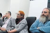 Přednášku Svět médií si do coworkingového centra přišli poslechnout také redaktoři, kteří přispěchali rovnou ze zasedání krnovského zastupitelstva. Zleva Jan Pirkl (Česká televize), Dita Círová (Krnovské listy) a František Fidel Kuba (Deník).