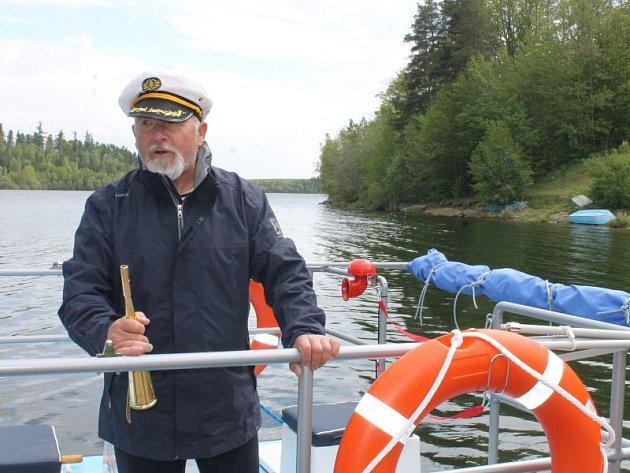 Jeden z kapitánů a kormidelníků na palubě přívozu mezi Roudnem a Razovou Milan Střelec.
