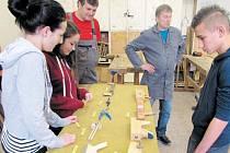 Mezi různé soutěže pro studenty patřilo i rozpoznávání řemeslných nářadí.