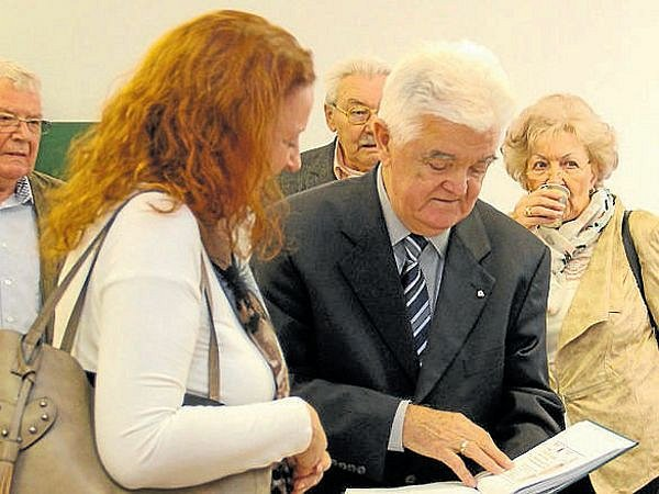 Walter Kudlich, potomek Hanse Kudlicha (uprostřed). Vpravo starosta Úvalna Radek Šimek.