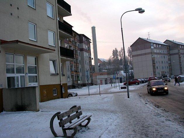 Společnost Teplo Bruntál přikročila i kvůli efektivitě výroby tepla ke sloučení kotelen na sídlišti Květná. Na snímku vlevo dům číslo popisné 21.