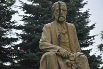 Tajemnou černou skvrnu, která objevila na hlavě sochy Bedřicha Smetany, Deník zkoumal  ve spolupráci s pilotem dronu Adamem Ehlem.