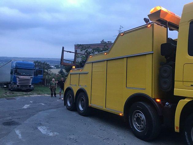 Kamion snákladem ováze 40tun uvízl na svažité louce vÚvalně.