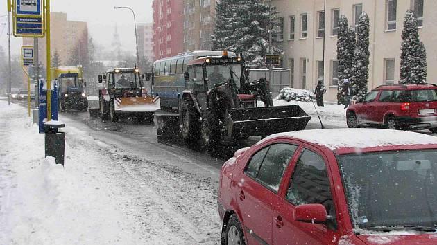Bruntálští silničáři nenechali nic náhodě, těžká technika zbavovala silnice vrstev sněhu po celé pondělí.