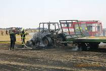 Ke čtyřem požárům lesa, polí, jednou od hořícího traktoru, a dvou stromů po úderu blesku museli vyjíždět v úterý odpoledne během necelých dvou hodin jednotky profesionálních a dobrovolných hasičů. Pomáhali i hasiči z Polska. (foto z Leskovce n. Mor.)