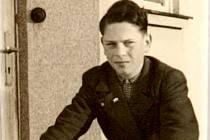 Bedřich Adler se narodil v Československu v česko-židovské rodině v roce 1931. Snímek z roku 1945 ho zachycuje v Žárech, kde se jeho otec Hugo Adler stal prvním  poválečným ředitelem léčebny plicních chorob.