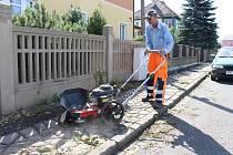 Pracovník Technických služeb Jeseník s novým odplevelovacím strojem.