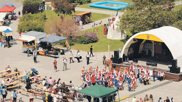 Hornoslezské slavnosti přinesly na krnovské náměstí den plný hudby, zábavy, soutěží a atrakcí. V programu samozřejmě nemohl chybět koncert Dechového orchestru mladých (DOM) Krnov.