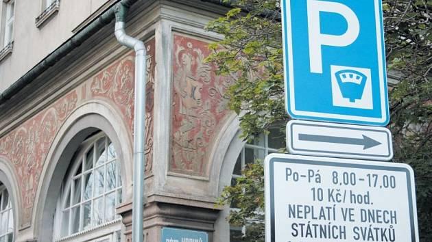 Parkovací automaty v centru Krnova už brzy oslaví první rok svého fungování. Jak se systém osvědčil? Co by se mělo změnit? O tom diskutují občané, politici i odborníci na dopravu.