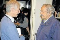 Tomáš Vocelka (vlevo) na vernisáži ve Flemmichově vile poděkoval krnovskému fotografovi Gustavu Aulehlovi (vpravo), který byl jeho velkým vzorem.