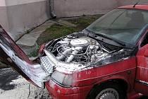Samočinně se nastartoval automobil renault, který způsobil autonehodu dalších dvou vozů se škodou sedmdesát tisíc korun.