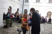 Zahájení nové sezony se na linhartovském zámku tradičně odehrává na nádvoří.