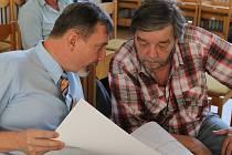 Jednotlivosti navržené koncepce rozvoje areálu nemocnice osvětloval architekt Radim Lýsek (vlevo) opozičnímu zastupiteli Pavlu Bačgoňovi.