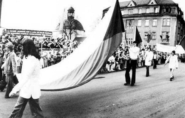 Jednotlivé snímky zobrazují vprůvodu příslušníky hudby sovětské posádky, pochod Lidových milicí, pracovníků Okresního ústavu národního zdraví Bruntál, sportovců, zobrazují ishromáždění na náměstí Míru vroce 1979.