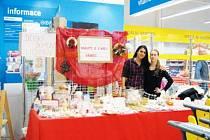 Dívky z Dětského domova v Lichnově se na své zákazníky v ostravském Hypermarketu Albert velmi těšily. Měly pro ně připraveny výrobky dětí mýdla, svíčky, vánoční dekorace a další drobnosti.
