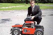 Technicky vyspělý model s funkčním a úsporným hybridním motorem, který kompletně vyrobil student Jan Rýznar, uveze dokonce i člověka.