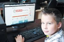 Jonáš Meca zatím dochází na Základní školu Jesenická v Bruntálu. Už nyní ale okoukává prostředí Střední průmyslové školy, kde učí jeho otec Jan Meca, aby věděl, pro kterou střední školu se v budoucnu rozhodne.