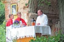 Polský kněz Krzysztof Cieślak v sobotu sloužil mši v pelhřimovské kapličce na české straně hranice. Češi a Poláci se zde společně modlili za oběti Volyňského masakru před sedmdesáti lety.
