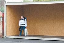 Přístřešek z kontejneru na výlukovou zastávku Krnov Cvilín umístil investor až po stížnostech občanů a intervenci města. Od počátkuz výluky se nebylo před deštěm kam schovat.