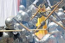 Historické doprovodné akce na hradě Sovinci se konají již téměř čtvrt století, letos jde o čtyřiadvacátou sezonu, kdy diváci mohou sledovat šermířské souboje, divadelní a hudební vystoupení.