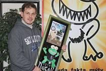 Zubatá žába, která byla maskotem závodního týmu Rallye Dakar, jde do dražby. Zájemci si ji mohou koupit na slavnostním galavečeru v sobotu ve Společenském domě v Bruntále.