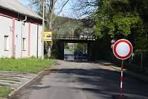 Po Chářovské ulici projíždí auta z Krnova do Brantic pod železničním mostem. Jeho oprava si vyžádá výluky na železnici i omezení silniční dopravy.