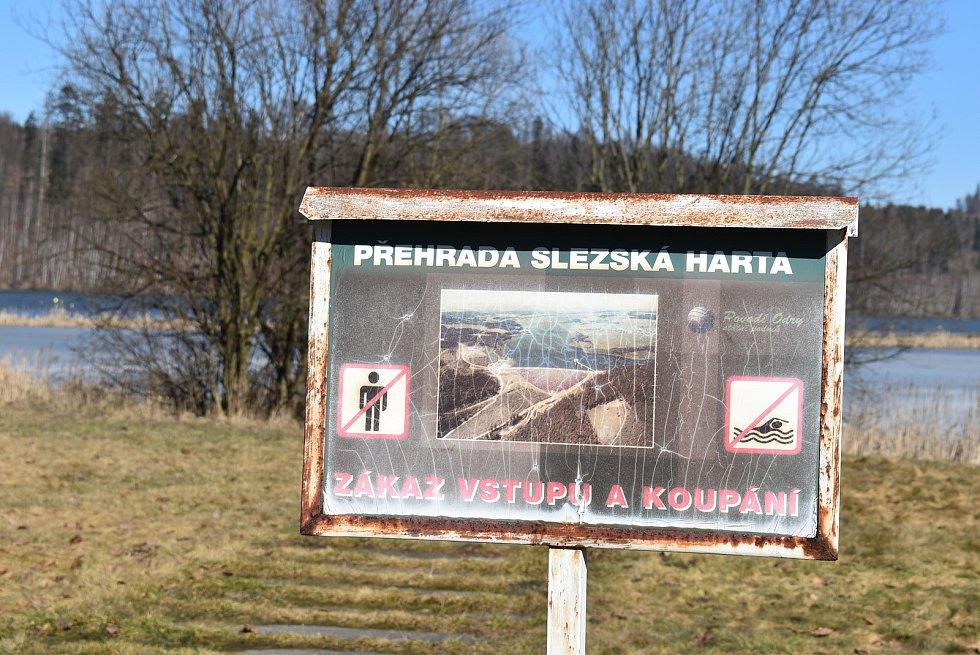 Okolí přehrady Slezská Harta, kde ústí řeka Moravice. Zátoka je ještě místy pokrytá ledem, snímek z března 2021.