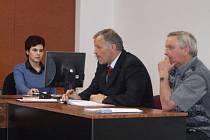Pětapadesátiletého Antonína Maňáka (vpravo) viní státní žalobce z finanční újmy.