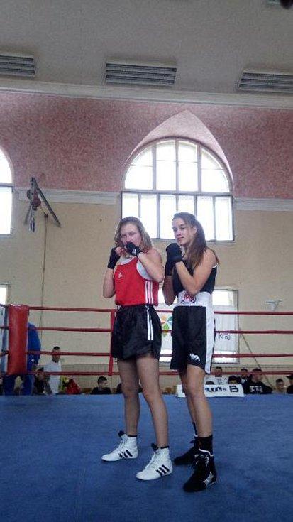 Talentovaná mladá boxerka Veronika Zajícová (vpravo).