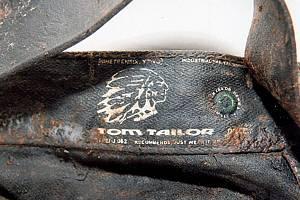 Na novou měl zavražděný pánské polobotky hnědé barvy, na bocích perforované, velikosti 45/11, značky WALKER FLEX. Obuv vyrobili v Portugalsku.