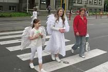 Andělé strážní pomáhali chodcům na dvou přechodech na Dvořákově okruhu.