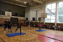 Skotské hry, indoor varianta: skoky z místa, místo kamenem hází atleti medicinbalem a populární hod kládou supluje hod gymnastickým míčem přes hlavu.