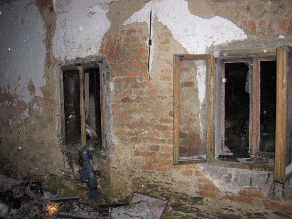 Příčinu požáru vrodinném domě vRazové hledali ještě vpondělí vpoledne vyšetřovatelé hasičů ipolicistů.