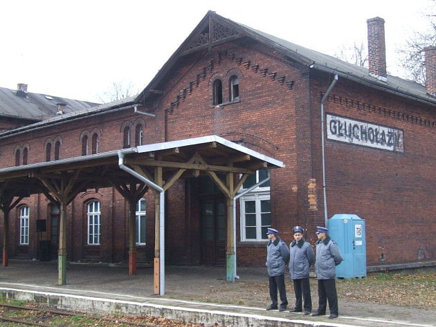 Głuchołazy leží na trati z Krnova do Jeseníku.