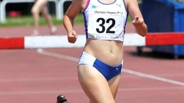 Bruntálská atletka Barbora Šestáková skvělým způsobem reprezentovala Českou republiku na mezinárodních závodech v Polsku a na Slovensku. Mezi olympijskými nadějemi doběhla druhá, v Trnavě skončila bronzová.