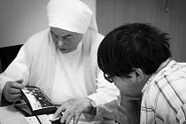 Krnovský gymnazista Kristián Jedelský zpracoval pro projekt Příběhy 20. století vyprávění řádové sestry Bonfilie, která dnes žije v charitním domě ve Městě Albrechticích.