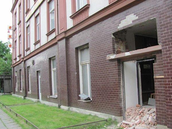 Budova slévárny na Revoluční ulici vKrnově měla ještě nedávno prosklenou vrátnici. Ta už také padla za oběť sběrovým zlodějům, takže dnes je budova volně přístupná. Zloději vybourali idalší zazděné dveře, aby se jim lup lépe vynášel.