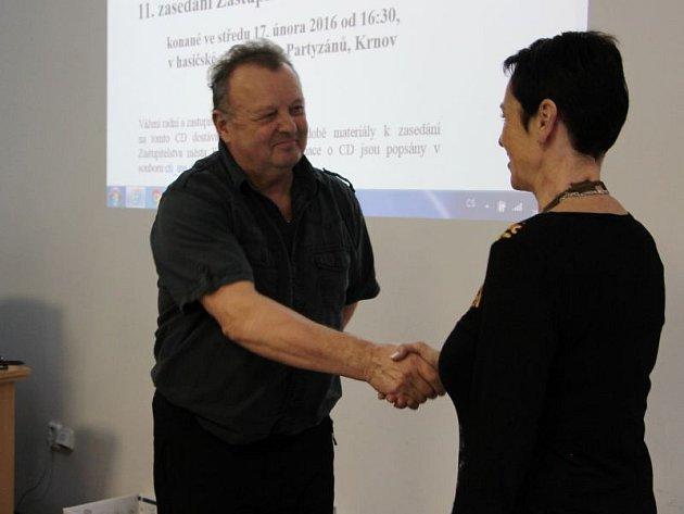 Jiří Kunyt (ČSSD) se stal zastupitelem teprve ve čtvrtek, když převzal mandát jako náhradník po Miroslavu Kozelském. Při hlasování oodvolání dozorčí rady KVaKu se zdržel. Všichni ostatní zastupitelé zČSSD hlasovali proti odvolání.