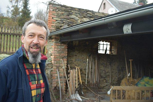 Jan Gemela před lety vymyslel Muzeum vidlí. Letos nadchl sousedy vLichnově pro hledání zbytků středověké hornické vesnice Havranov, která zanikla v15. století.