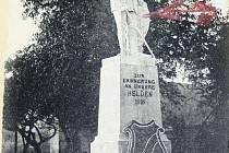 Pomníku padlých v Branticích dominovala socha rytíře.