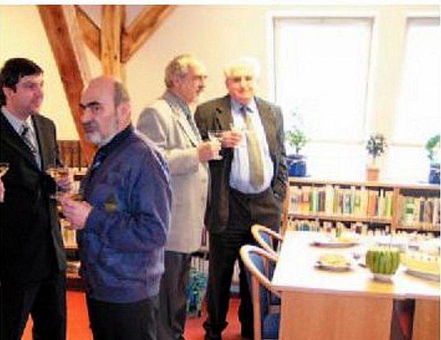 Vladislav Uličný (vpravo) se svou firmou Intext realizoval pro Město Krnov řadu zakázek. Na snímku si připíjí s bývalým krnovským starostou Josefem Hercigem při předávání interiérů knihovny. Nyní je Intext v insolvenci.