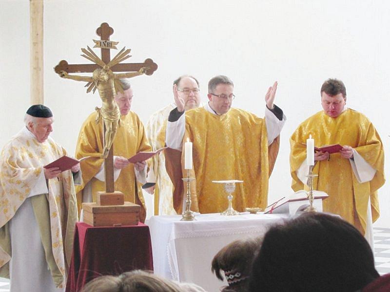 Slezské Rudoltice po osmdesáti letech obnovily zámeckou kapli sv. Josefa, která dřív sloužila jako skladiště.