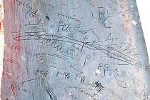 Podpisy studentů původního chlapeckého semináře ukrývala plechová římsa na jednom z ozdobných prvků fasády Petrinu.