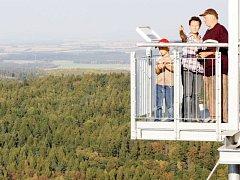 Hraniční vrch nad Albrechticemi díky rozhledně nabízí úžasné výhledy.